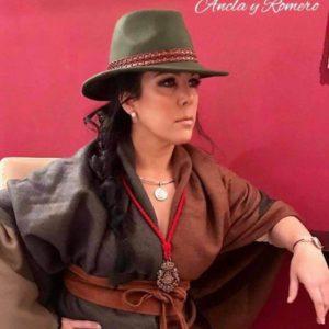 Mujer con sombrero y ropa de abrigo y complementos