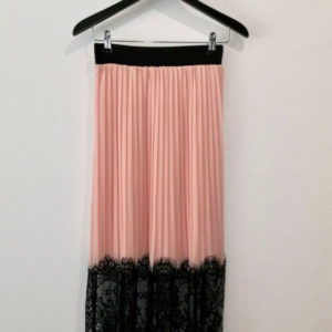 falda plisada de mujer con tela de gasa y encaje