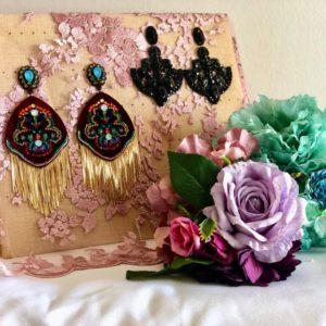 Pendientes de flamenca y ramilletes de flores.